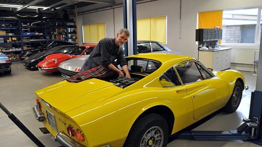Norbert Lahme arbeitet an einem gelben Ferrari Dino aus dem Baujahr 1972. FOTO: Wolfgang Kaiser